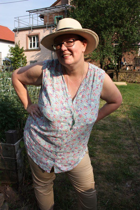 Sommeroutfit mit Mille Fiori Bluse und Hut