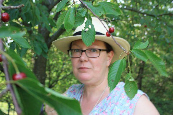 Ich hinter dem Kirschbaum