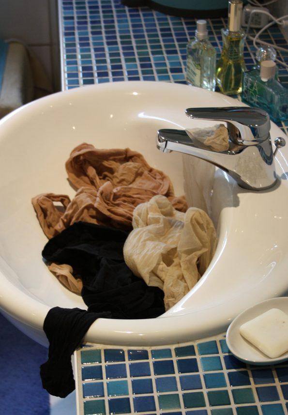 Die kaputten Strumpfhosen landen im Waschbecken.