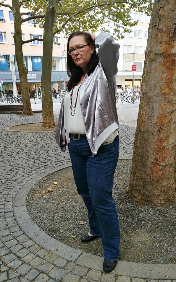 Runde Mode in Jeans und metallic Blouson
