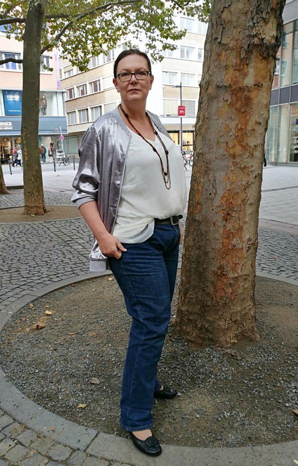Runde Mode in Jeans und silbermetallic Bluson