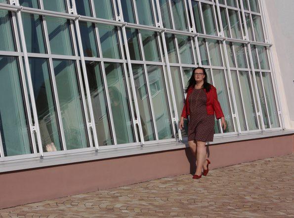 Kleid mit Zackenmuster und rote Jacke von Paprika