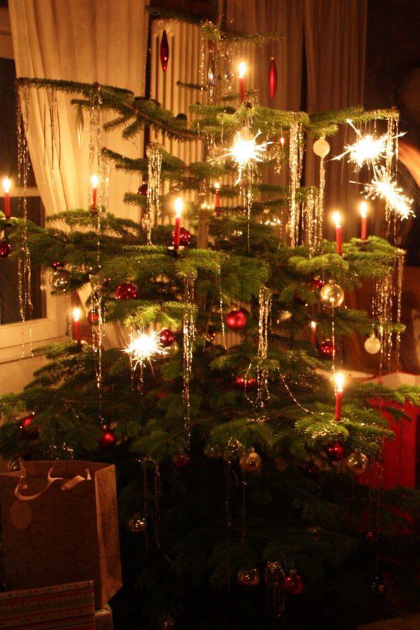 Christbaum mit echten Kerzen und Wunderkerzen
