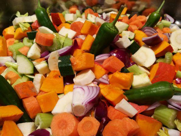 Gemüse gewürfelt, gemischt und fertig für den Ofen
