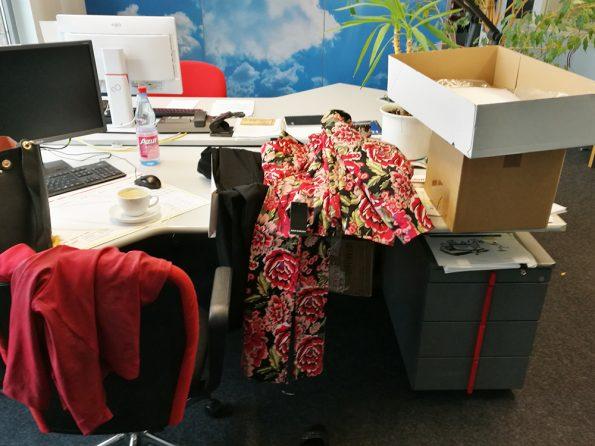Kleidung auf dem Bürotisch