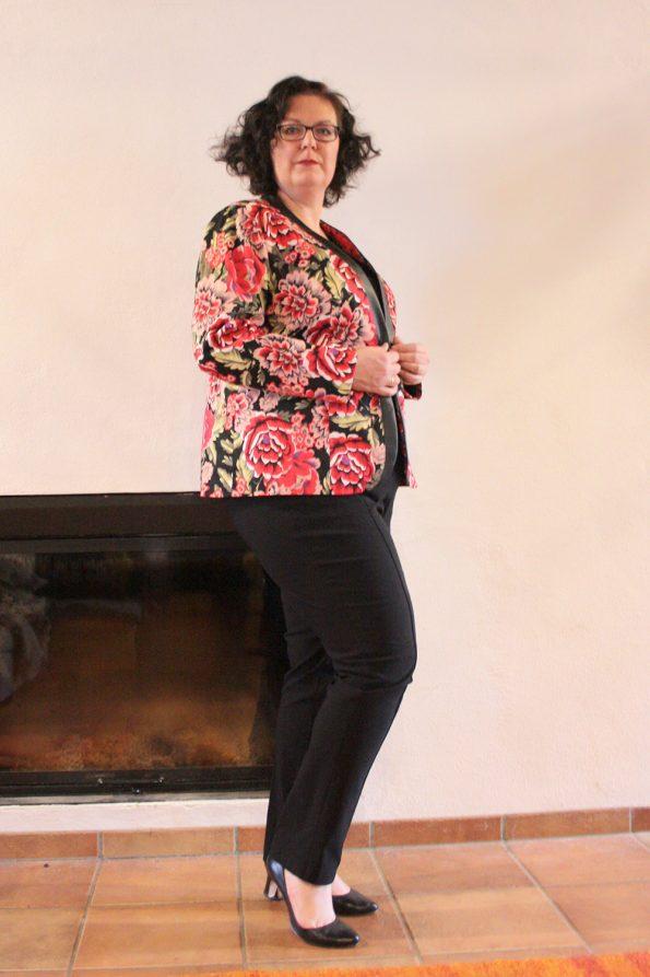 Schwarze Bengalinhose, Flowerprint Jacke, Happy Size