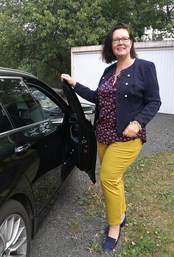 Runde Mode in gelber Hose und blauer Jacke - beides von Happy Size