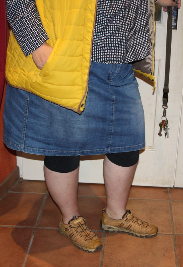 Jeansrock, Leggings und Laufschuhe