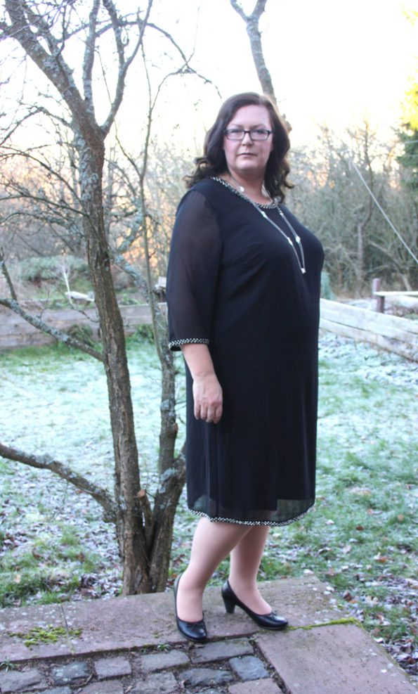 Schwarzes Kleid -Unterkleid blickdicht darüber ein Überkleid aus Organza mit Glitzersteinchen an den Säumen.