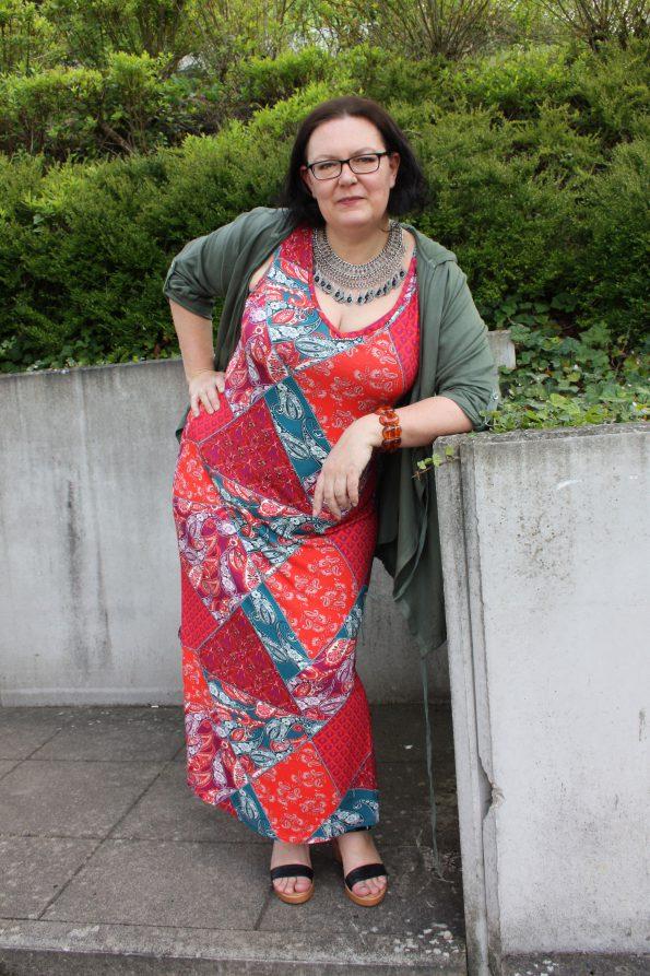 Jersey-Maxikleid von Sara Lindholm, Blusen-Jacke mit Kapuze von Janet und Joyce