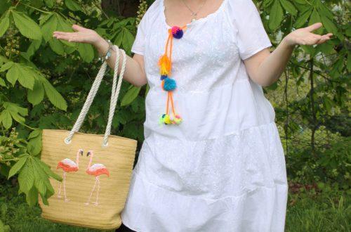 Weißes Kleid mit Bommeln